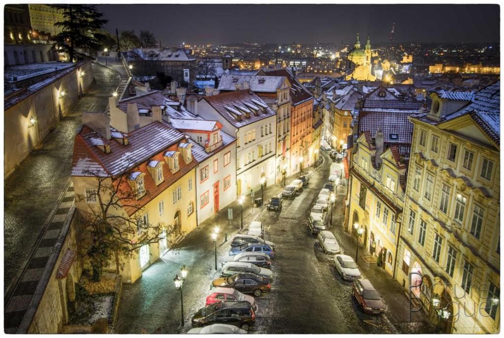 NERUDOVA ULICE Málokdy se naskytne takovýto pohled na Nerudovku. Tuto příležitost jsem musel využít, když jsem fotil hotelový pokoj, z jehož okna je tohle všechno vidět. - Foto: Ivan Bárta