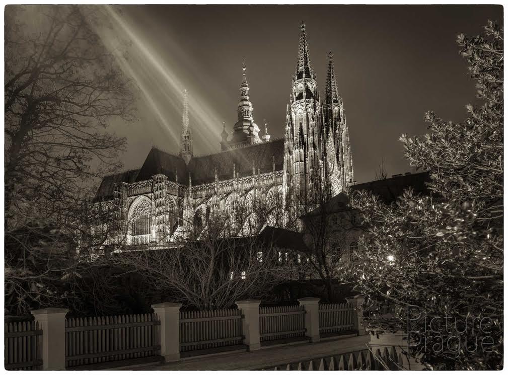 KATEDRÁLA SVATÉHO VÍTA Asi ne zrovna typický pohled na katedrálu. Se světlem lucerny jsem chvíli bojoval, než jsem zjistil, že bude lepší ho spíše využít. - Foto: Ivan Bárta