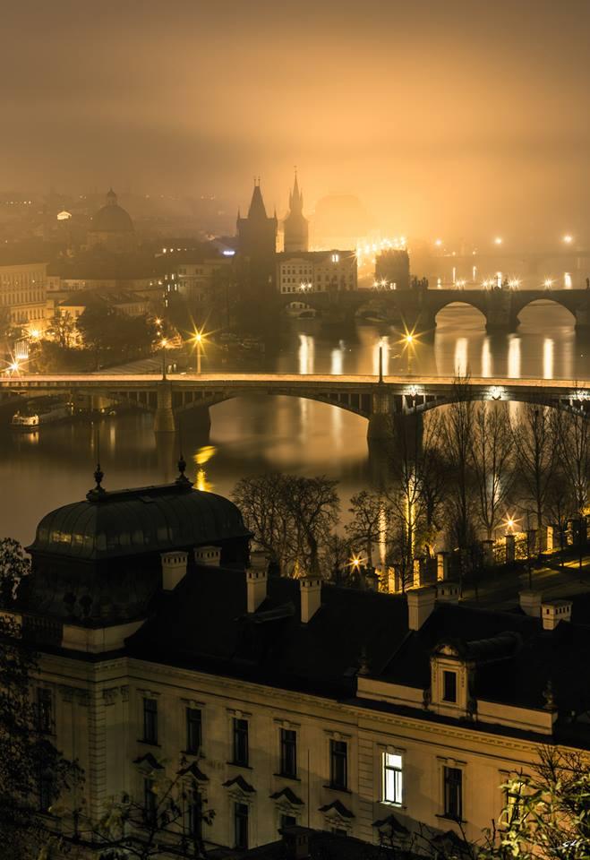 V mlhu zahalená zlatá Praha - Foto: Zdeněk Kaluža