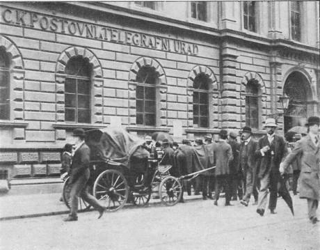 Mobilizace v roce 1914 u hlavní pošty v Praze